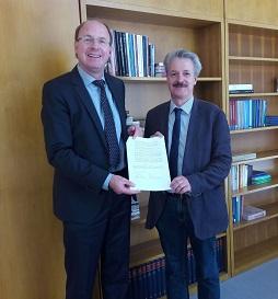Dr. Klaus Ceynowa (li.) und Prof. Martin Hose (re.) haben den Kooperationsvertrag unterschrieben.